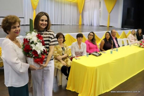 Secretária Raquel Zaicaner recebe flores da deputada Analice por seu empenho a frente da Secretaria de Saúde.