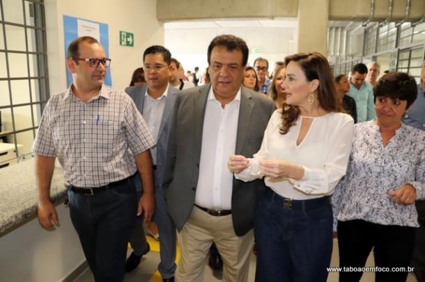 Diretor da unidade apresenta a Etec Taboão ao prefeito Fernando, a deputada Analice e os vereadores.