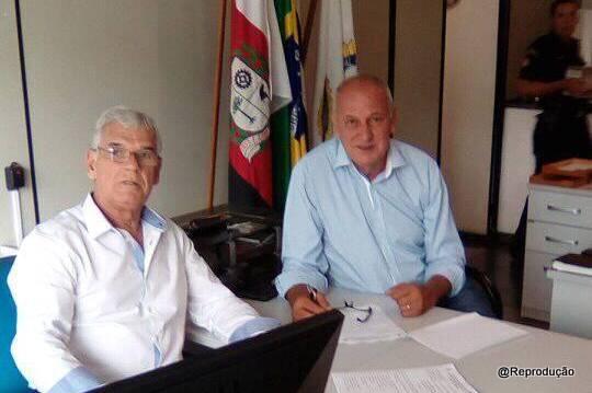O secretário Walter Paulo e seu adjunto Leonel Vieira conversam na Secretaria sobre ações na Segurança. (Foto: Reprodução / Facebook Claudia Martinez)
