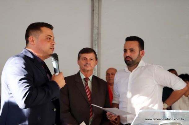 Com representante da FPF ao centro, Anderson e Ney Santos entregam documento pedindo para que Embu das Artes seja sede da Copa São Paulo.