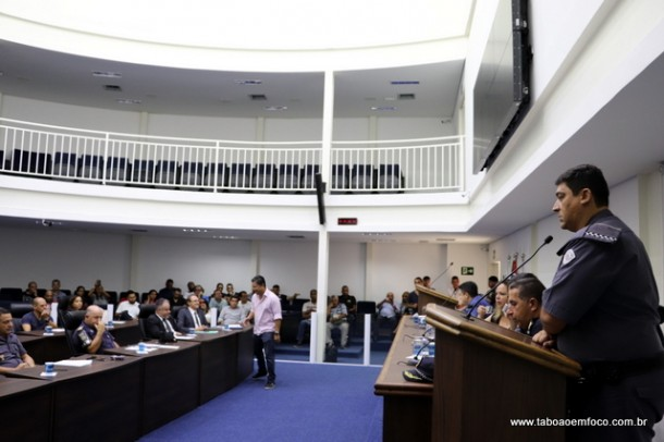 Condutores de vans se reúnem com autoridades policiais e vereadores para discutir sobre roubo de vans.