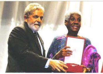 Raquel é condecorada pelo ex-presidente Lula com a Comenda de Mérito Cultural da República, em 2012.