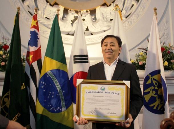 Aprígio recebe o diploma de Embaixador da Paz Mundial na sede da Federação Inter-religiosa Internacional para a Paz Mundial. (Foto: Divulgação)