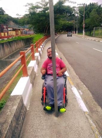 No meio do caminho do munícipe Danilo Xavier tem um poste. (Foto: Reprodução)