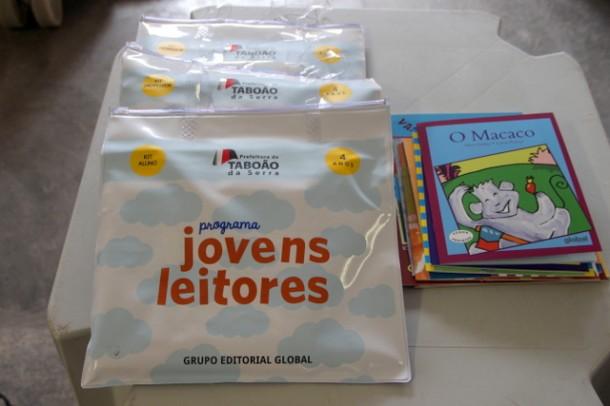 Alunos da rede municipal de ensino de Taboão estão recebendo kit da coleção jovens leitores (Foto: Ricardo Lima / PMTS)