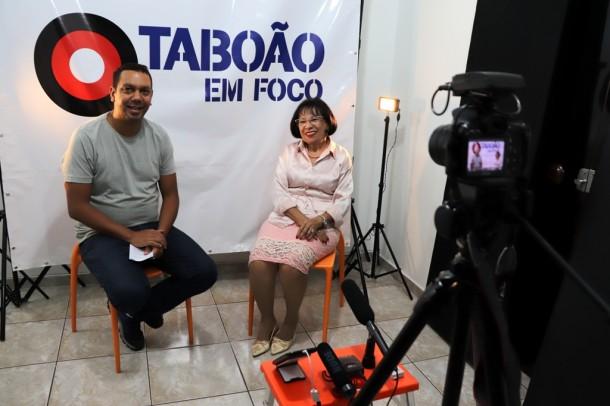 O jornalista Allan dos Reis entrevista a colunista social Leonor Lachi.