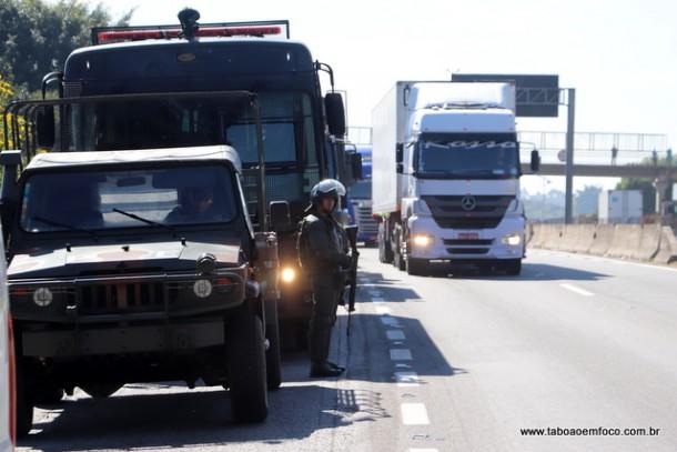 Com a chegada do exército em Embu das Artes, caminhões voltaram a circular pela Rodovia Régis Bittencourt