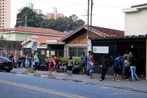 Na terça (8), fila em frente ao cartório eleitoral no Centro de Taboão da Serra.
