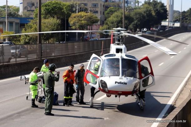 Helicóptero da PM faz resgate na Rodovia Régis Bittencourt em Taboão da Serra.