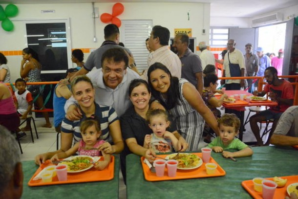 Prefeito Fernando Fernandes, a presidente da Câmara Joice Silva e outros vereadores almoçaram no Bom Prato de Taboão da Serra, que completou um ano. (Foto: Divulgação / CMTS)