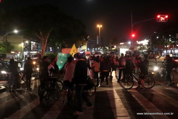 Jovens protestam no centro de Taboão da Serra em apoio a paralisação dos caminhoneiros.