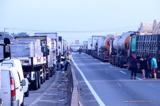 Caminhões enfileirados na Rodovia Régis Bittencourt, em Embu das Artes.