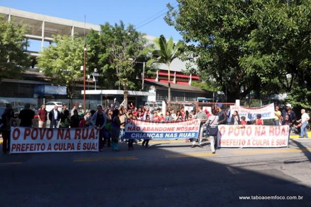 Em frente a Prefeitura, crianças, pais, funcionários e apoiadores da Ong Solar dos Unidos protestam contra o fim do convênio com o poder público.