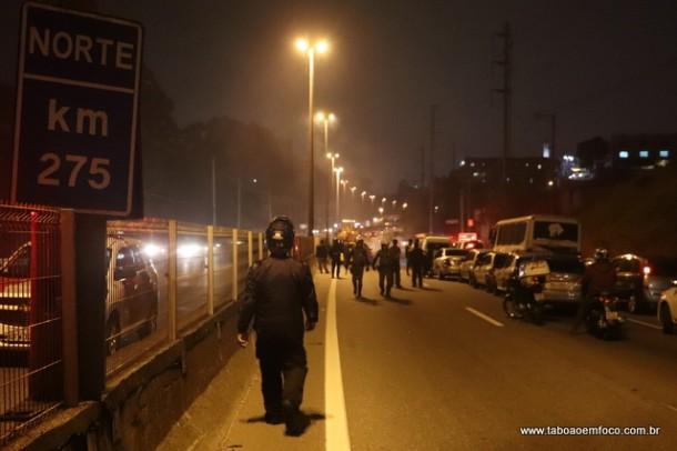 Com pneus em chama, BR-116 foi bloqueada na divisa Taboão/Embu, mas liberada após a limpeza da pista.