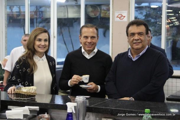 Dória (centro) é recepcionado em Taboão da Serra pela deputada Analice e o prefeito Fernando Fernandes.