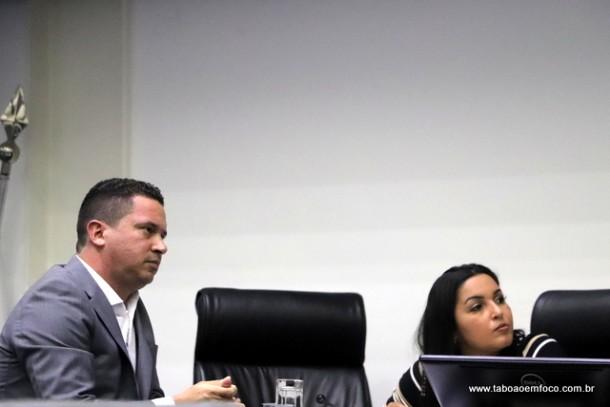 Eduardo Nóbrega acompanha discurso em apoio a vereadora Joice Silva, vaiada em evento do PSDB. Áudio sugere armação e classe política acusa Nóbrega.