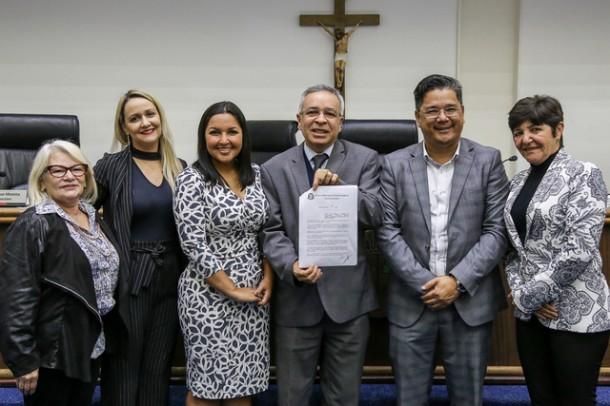 Ao lado de representantes da OAB de Taboão da Serra, vereadores posam após aprovar lei sobre alienação parental. (Foto: Divulgação / CMTS)
