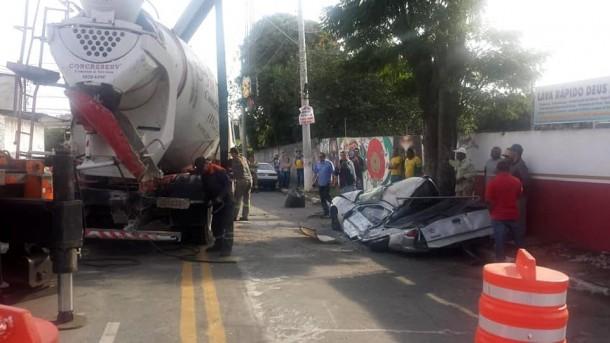 Caminhão tombou sobre veículo em Taboão da Serra. (Foto: Departamento de Trânsito de Taboão da Serra / Reprodução)