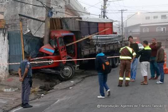 Caminhão batido em poste no Jardim Roberto.