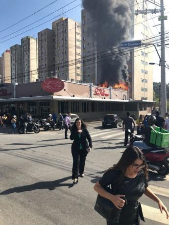 Clientes correm de padaria em chamas no Centro de Taboão da Serra. (Foto: Reprodução)