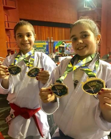 Gêmeas do karatê conquistaram medalhas de ouro e prata no Campeonato Brasileiro realizado em Joinville no mês de junho (Foto: Reprodução)