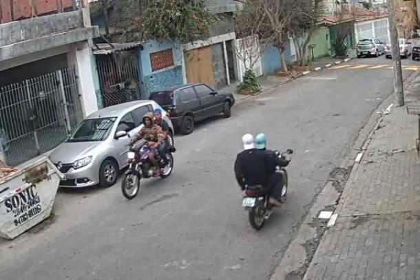 Bandidos em moto circulam livremente no Jardim Monte Alegre em busca de vítimas. (Foto: Reprodução)