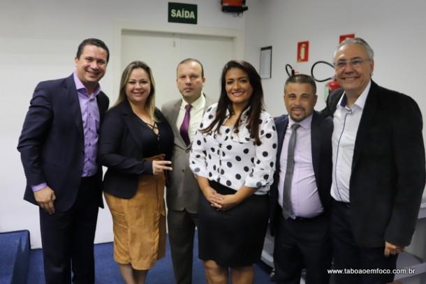 Apoio a Ely Santos por cinco vereadores é a causa da briga com o prefeito Fernando Fernandes, que veta material em conjunto com a deputada Analice Fernandes.