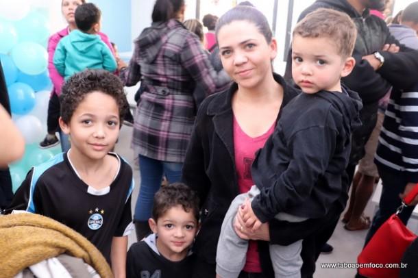 Moradora Alessandra Soares celebra nova escola, onde vai estudar dois filhos.