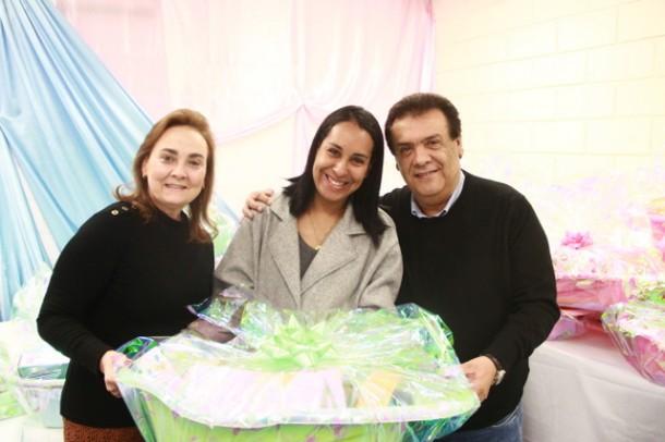 Prefeito Fernando Fernandes entregou 67 kits de enxoval as gestantes que  ganham o direito a partir do terceiro mês de gravidez (Foto: Ricardo Vaz / PMTS)