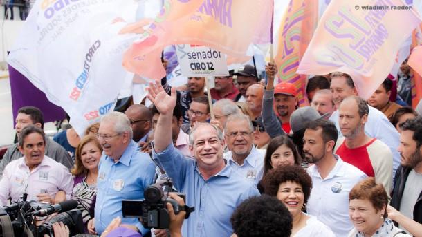 Ciro Gomes pede votos na região do Pirajuçara, em Taboão da Serra. (Foto: Wladimir Raeder)