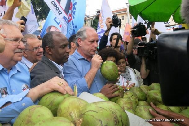 Ciro Gomes toma água de coco durante caminhada no Pirajuçara.