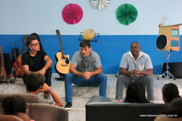 Lutador de MMA, Demian Maia conversa com jovens abrigados em Taboão da Serra.