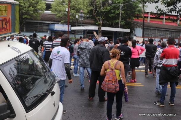 Protesto em frente a Prefeitura de Taboão da Serra no fim da manhã e início da tarde desta quinta-feira (20).