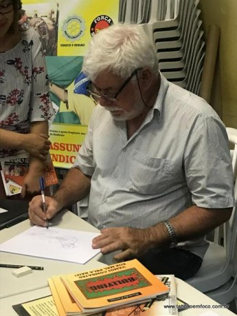 O cartunista Ricardo Ferraz durante evento no Cemur, em Taboão da Serra.