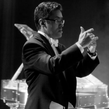 Maestro Alex Frontera faz apresentação com sua orquestra no 'Espaço Cultural do Taboão Plaza Outlet' neste domingo. (Foto: Divulgação)