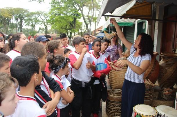 Alunos da rede municipal de Taboão da Serra participam de atividade no Centro Histórico de Embu das Artes. (Foto: Divulgação / PMTS)