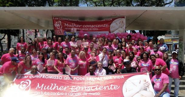 O evento faz parte da Campanha Mundial 'Outubro Rosa' e Luzia Aprígio junto com voluntárias e voluntários fazem o pedágio em Taboão da Serra. (Foto: Divulgação)