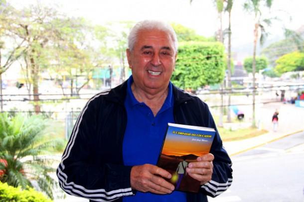Professor Said Jorge de Moraes mostra livro que conta sua trajetória como educador, político e pai de família. (Foto: Eduardo Toledo)