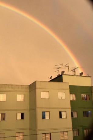 Vista do arco-íris no Parque Pinheiros, em Taboão da Serra. (Foto: Felipe França)