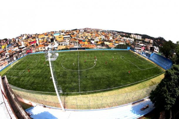 Arena Vila Iasi, na rua Ibiúna, agora conta com o gramado sintético entregue pelo prefeito Fernando Fernandes (Foto: Ricardo Vaz / PMTS)
