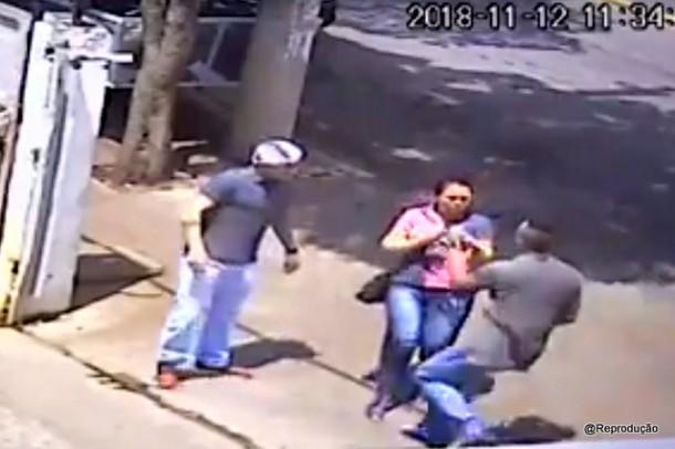 Exato momento em que mulher é abordada e sequestrada por ex-marido em Taboão da Serra.