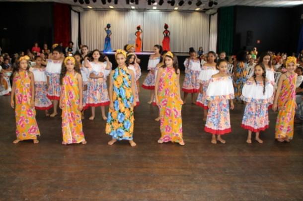 Samba de roda, apresentações de dança, teatro mudo, capoeira e percussão fizeram parte da celebração ao 20 de novembro. (Foto: Ricardo Lima / PMTS)