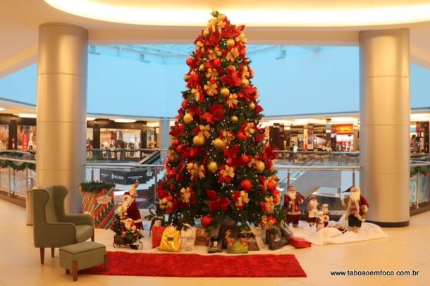 Tirar foto nas decorações natalinas do Taboão Plaza Outlet e postar nas redes sociais pode render até R$ 1000 em sorteios.
