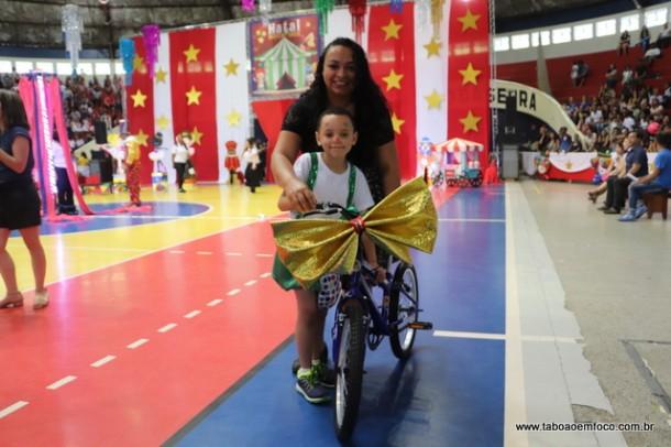 Mãe acompanha apresentação do filho e ainda ganha uma bicicleta no Natal Nota 10 de Taboão da Serra.
