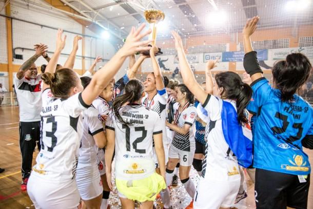 Jogadoras do Taboão da Serra levantam mais uma taça no futebol feminino. (Foto: Allan Santana)