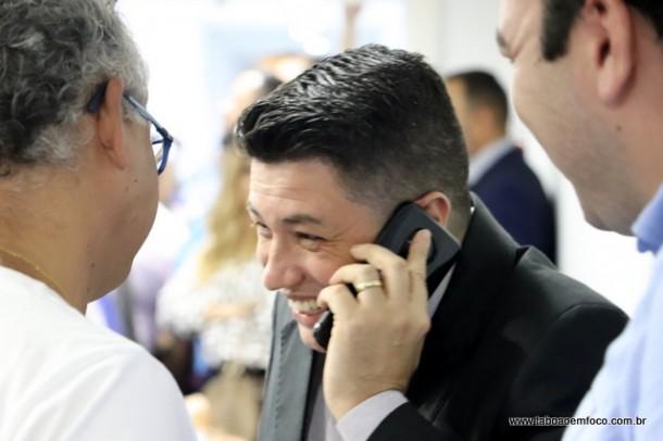 Sorridente, Marcos Paulo recebe os cumprimentos do deputado estadual eleito Aprígio.