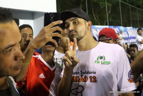 Em jogo solidário em Taboão da Serra, Thiago Ventura atendeu e fez fotos com fãs.