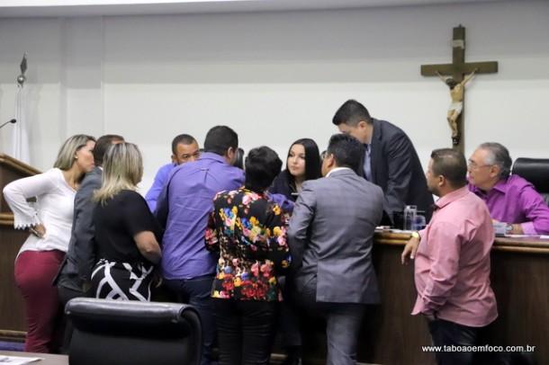 Decisão de juiz suspende nova mesa diretora e manda vereadores retomarem sessão de votação do orçamento até aprovarem.