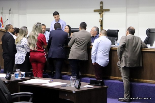 Com nova liminar, vereadores chegam a acordo e suspendem sessão extraordinária.