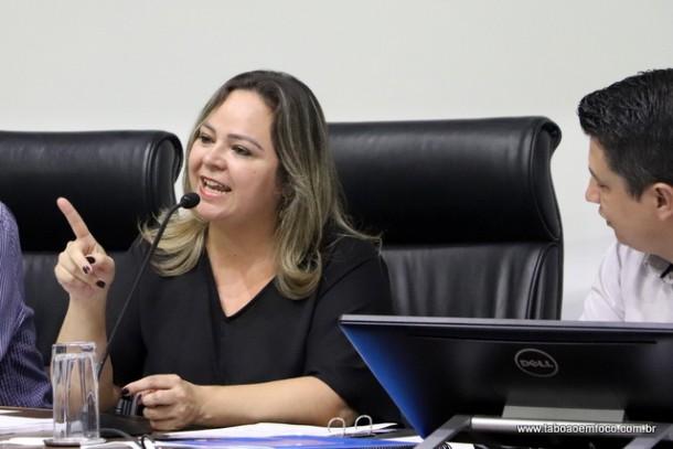 Érica e Marcos Paulo se irritam com pergunta sobre apoio que davam ao governo.